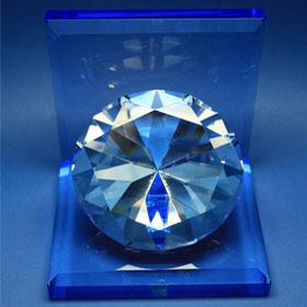 Großer Diamant mit blauem Standfuß