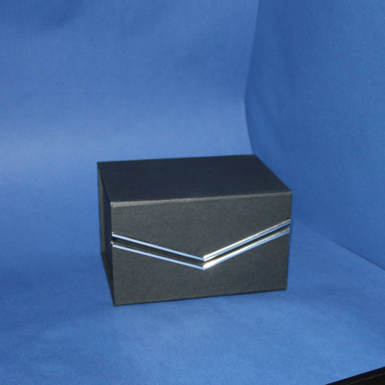 Geschlossene Geschenkbox mit Silberstreifen