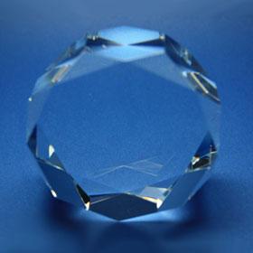 Rundes Kristallglas mit Facettierung